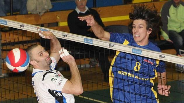 Nahrávač ústeckého volejbalového klubu Filip Habr (vpravo).