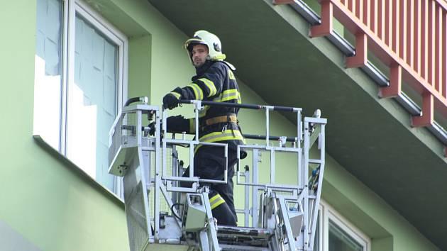 Hasiči u bytu v pátém patře v Tržní ulici zasahovali také pomocí výsuvného žebříku.