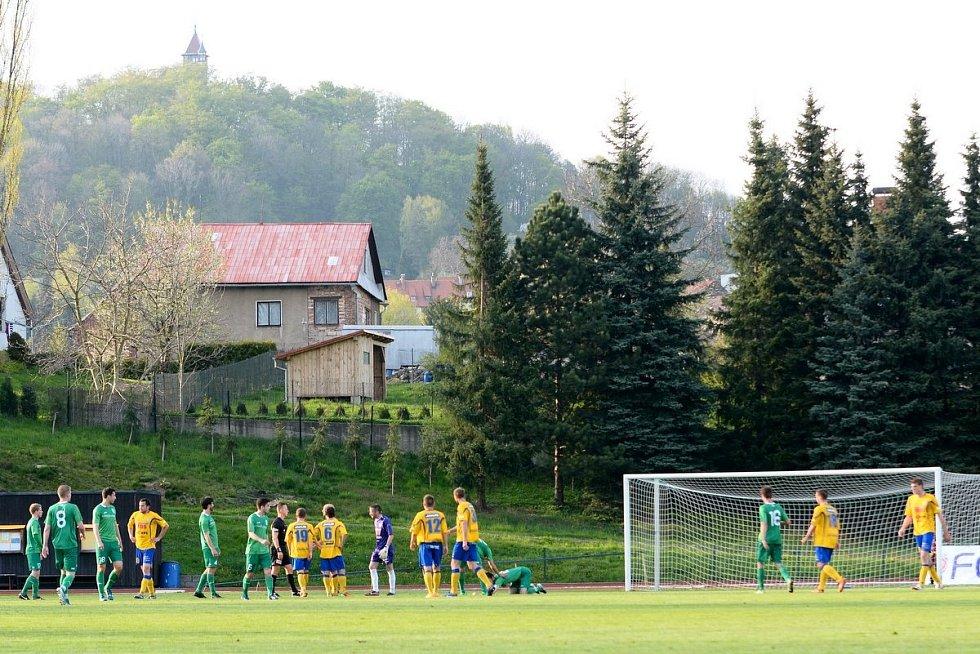 FOTBALISTÉ VARNSDORFU (ve žlutém) doma remizovali 2:2 s Vltavínem.