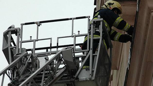 Hned několikrát za den jezdí děčínští hasiči sundávat nebezpečné rampouchy.