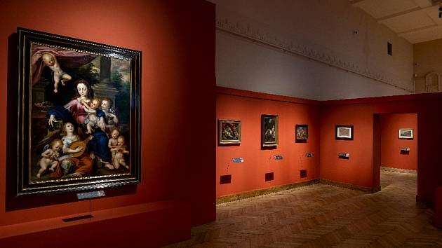 Výstava Rudolf II. Umění pro císaře - pohled do expozice, vpopředí Dirk de Quade van Ravesteyn (mezi 1565/1570 - 1620): Madona sděckem a muzicírujícími anděly (soukromá sbírka vČR)