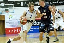 Tomáš Vyoral (vpravo) při utkání v Brně.