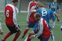 DEBAKL. Junior Děčín (v modrém) porazil Modrou 5:0.