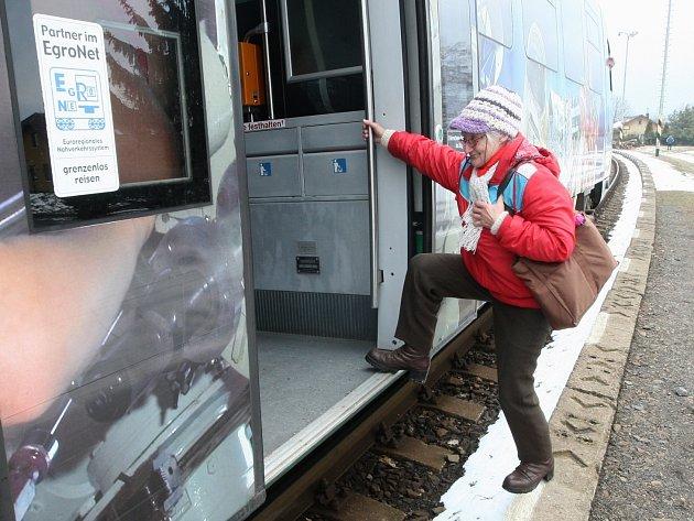 Senioři mají problémy například na nádraží v Markvarticích. Vlak je vysoký, nástupiště naopak nízké.