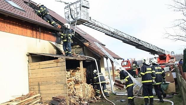 Požár poničil nový rodinný domek.