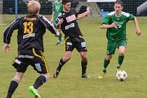 NEDAŘÍ SE. Fotbalisté Vilémova (zelené dresy) doma prohrál s Litvínovem 0:1.