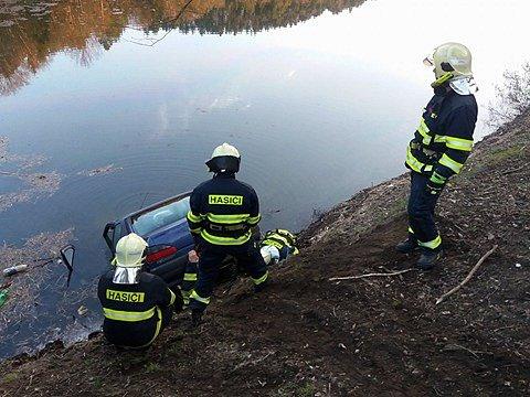Na okraji Jílového sjelo auto do přehrady.