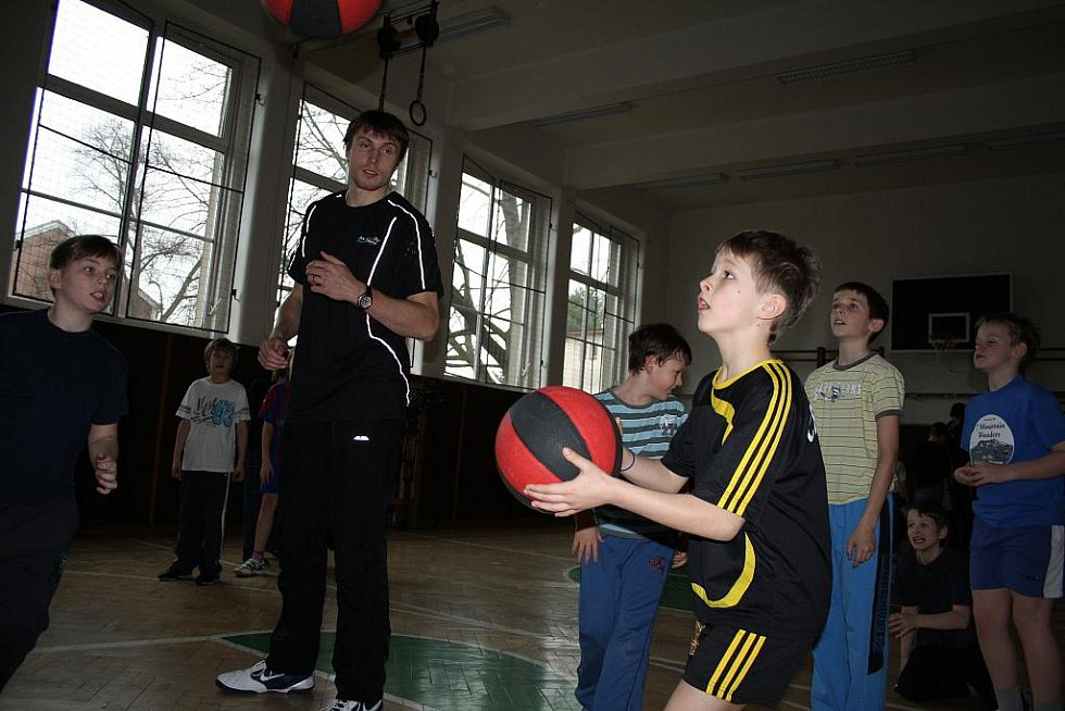 Basketbalisté se změnili v ZŠ Kamenické v trenéry.