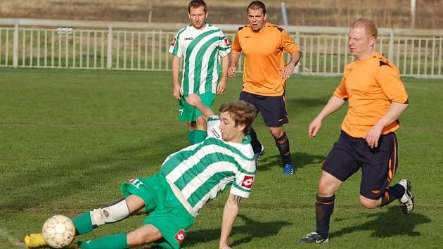 DERBY. FK Jílové (v oranžovém) prohrál s Libouchcem 1:3.