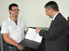 MINISTR. Jaromír Drábek převzal petici a otevřený dopis při své návštěvě v Ústí nad Labem.