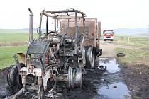 V Lobendavě na Děčínsku shořel traktor.