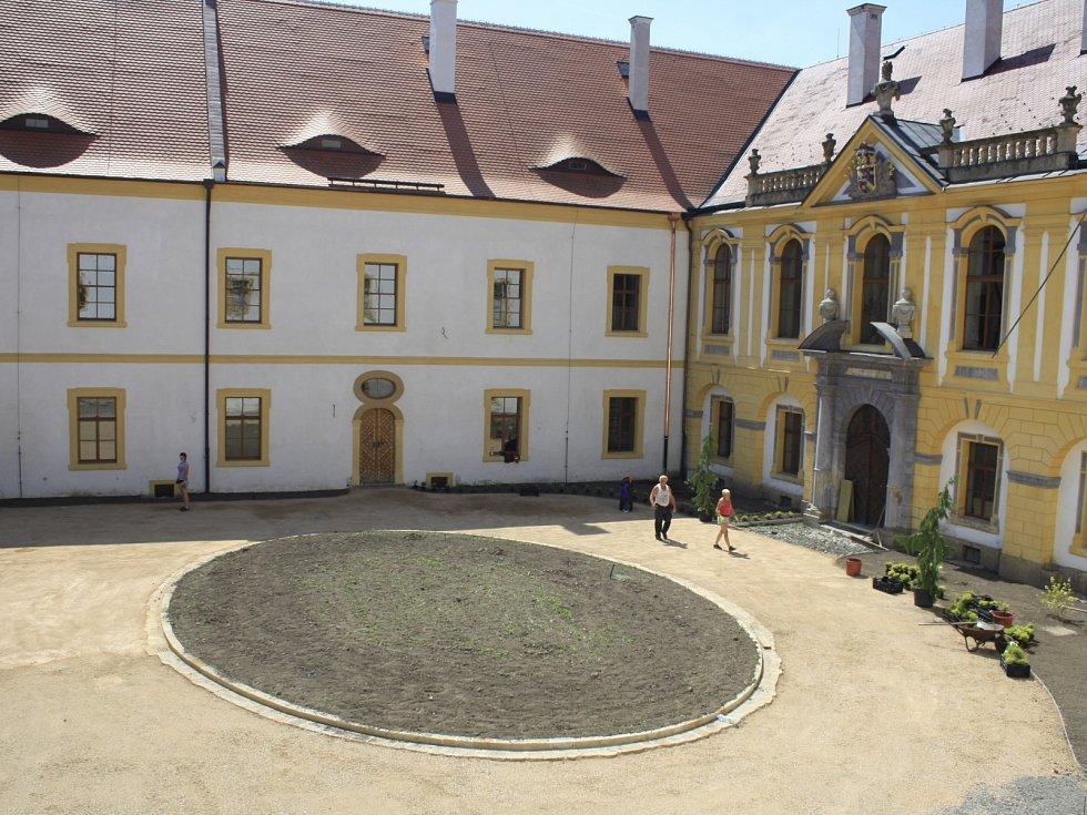 Velkou rekonstrukcí prochází v těchto týdnech druhé nádvoří děčínského zámku, které zcela změnilo díky opravám svou tvář.