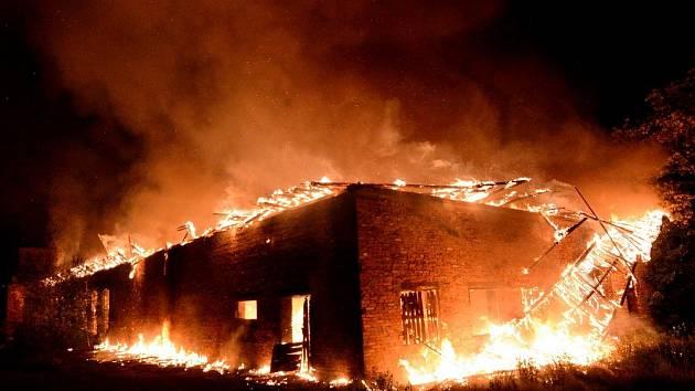 Požár opuštěného objektu ve Varnsdorfu, v ulici Kozlova.