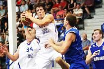 DRAVEC! Dvoumetrový křídelník BK Děčín Tomáš Pomikálek (s míčem) se v českém týmu v duelu proti Slovensku prosadil.