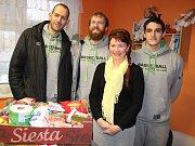 Děčínští basketbalisté přivezli do azylového domu potravinovou sbírku.