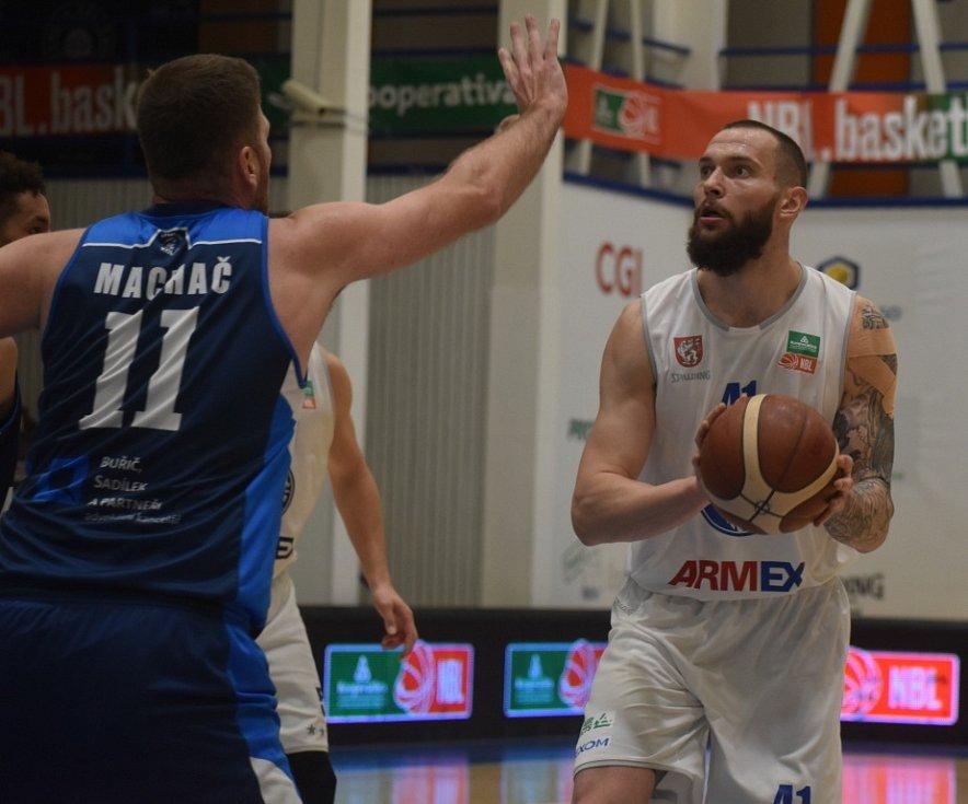 Děčínští Válečníci (v bílém) na postup do čtvrtfinále poháru nedosáhli.