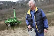 Roman Dobrý obsluhuje podvodní buldozer Komatsu již dvanáct let.
