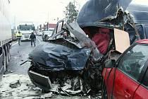 Střet kaminu, dodávky a dvou osobních vozidel si vyžádal smrt 24letého řidiče dodávky.