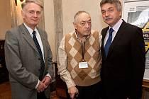 Bývalý senátor za okres Děčín Egon Lánský (uprostřed) se svými nástupci Josefem Zoserem (vlevo)  a Jaroslavem Sykáčkem.