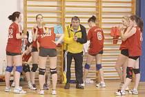 SKVĚLÉ VÝKONY. To je vizitka děčínských juniorek v čele s trenérem Herclíkem.