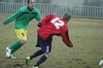 DOBRÝ START! Fotbalisté Modré (červené dresy) doma porazili Horní Jiřetín 3:2.