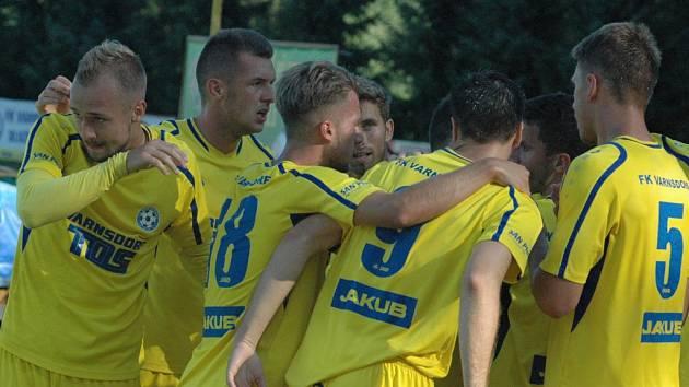 DOBRÁ PRÁCE. Varnsdorf (ve žlutém) doma porazil Pardubice 3:0.