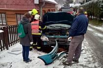 Auto v Krásné Lípě narazilo do domu a poškodilo přípojku plynu