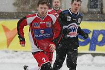 V Tipsport lize v Děčíně se v souboji s Kladnem snaží uniknout soupeři ústecký Martykán.