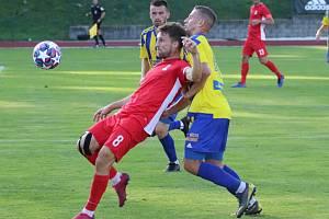 Fotbalisté Varnsdorfu (ve žlutém) doma remizovali s Blanskem 1:1.