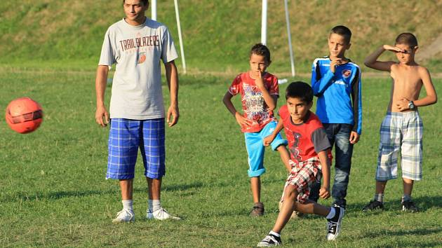 OBA TÝMY TJ Junior Roma Děčín nyní trénují na školním hřišti v Boleticích.