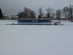 NEBUDE SE HRÁT. Varnsdorfská Kotlina je pod sněhovou pokrývkou.