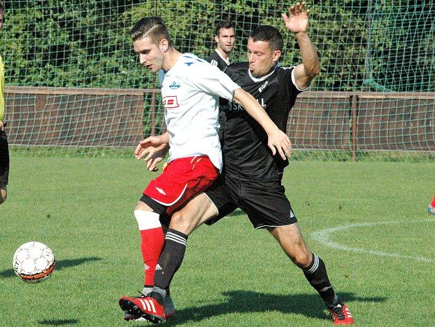 ZÁLOŽNÍK PATRIK GAHER (v bílém v utkání proti Lovosicím) měl být na podzim oporou Junioru Děčín. Bohužel ho v první části sezóny do několika zápasů nepustilo zranění.