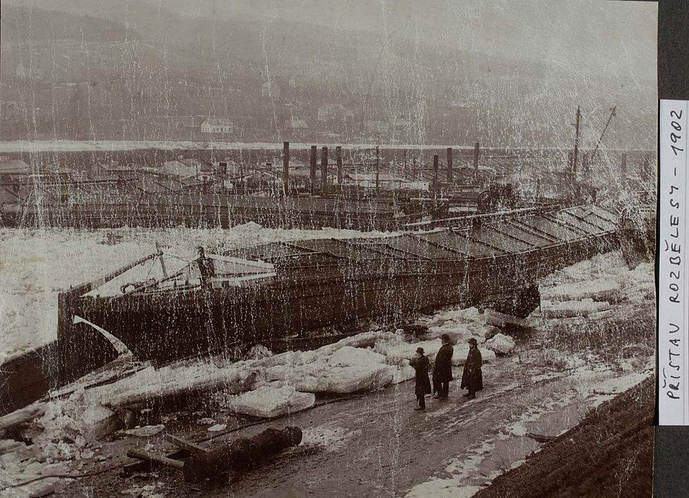 Starší snímek z Rozběles. Škody musely majitele plavidel vyděsit. Počítalo se, že v zimním přístavu budou lodě v bezpečí. Jiný takový příklad ale už neznáme