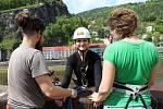 Přejet Labe na laně, slanit zámeckou skálu nebo skočit na laně z mostu. To vše je součástí Adrenalin Challenge v Děčíně.