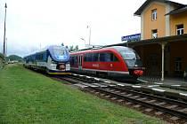SETKÁNÍ.  Na nádraží v České Kamenici se setkal vlak Siemens Desiro se svým nástupcem PESA Link.