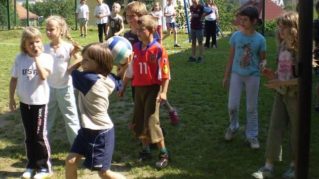 Krásné počasí a Den dětí, to všechno šlo pěkně dohromady. Sportovní den Základní školy Na Stráni se prostě vydařil.