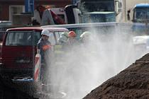 Na stavbě Vilsnické spojky unikl v pátek 24. března plyn. Kromě plynařů zasahovali také hasiči, kteří zkrápěli unikajicí místo drobně rozprášenou vodou.