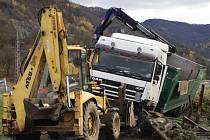 VYPROŠŤOVÁNÍ havarovaného kamionu trvalo několik hodin.