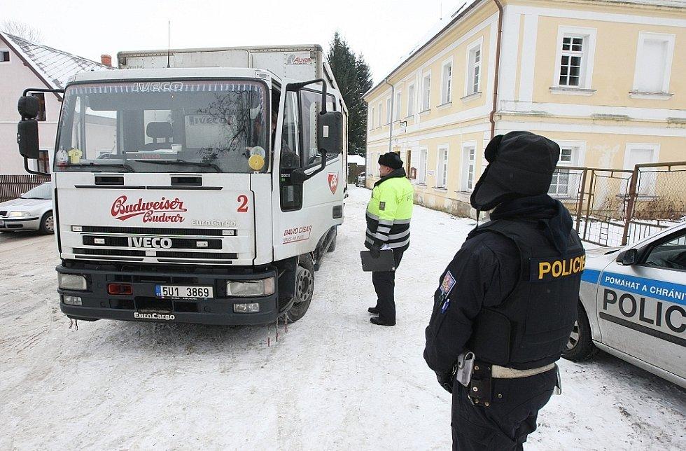 Policie pátrá po ozbrojeném zločinci.