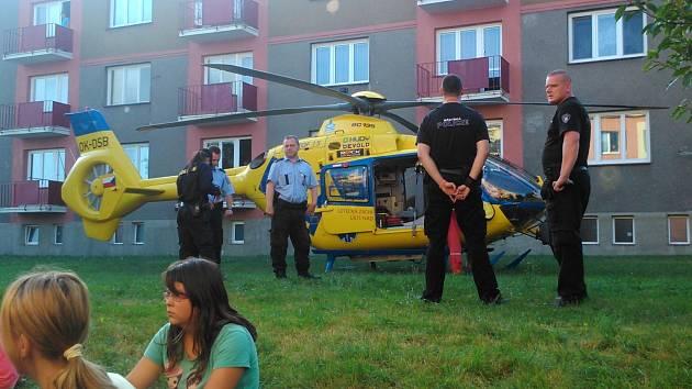 Vrtulník přistál uprostřed želenického sídliště.