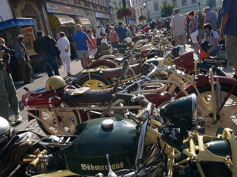 Spanilou jízdou nejdelších motocyklů světa začaly v pořadí už sedmé Dny Českého Švýcarska konající se v Krásné Lípě.