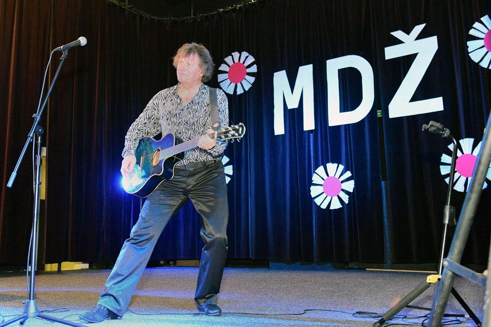 Na retro oslavách MDŽ zazpíval v Mikulášovicích Standa Hložek