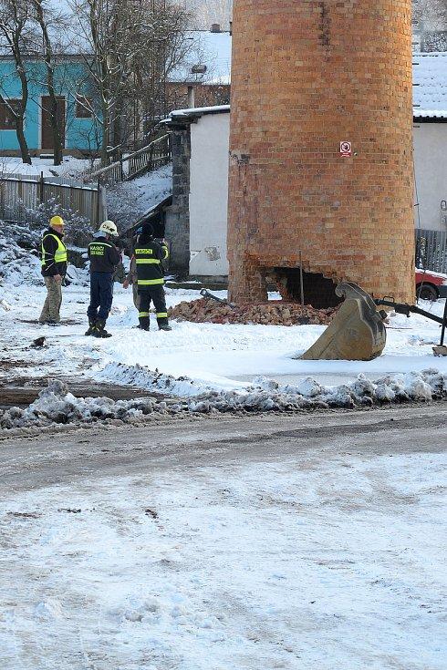 Komín v areálu bývalého Benaru padl k zemi.