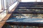 Lávku přes železniční trať radnice nechala na radu odborníků uzavřít.