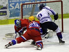 NYMBURK DĚČÍN 1:3. Štěpán Kuchynka se ve čtvrtém zápase tlačí před brankáře Brázdila. V tom se mu snaží zabránit nymburký obránce Rittig.