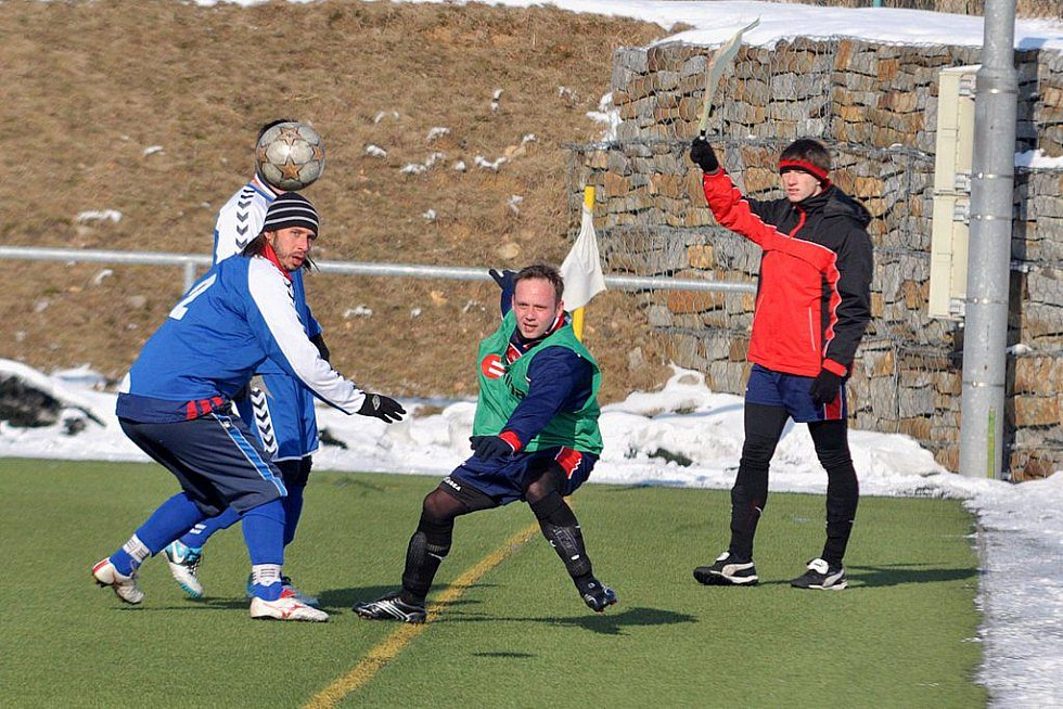 TĚSNÁ PROHRA. Fotbalisté Plastonu Šluknov (v zeleném) prohráli 2:3 s Hrádkem nad Nisou.