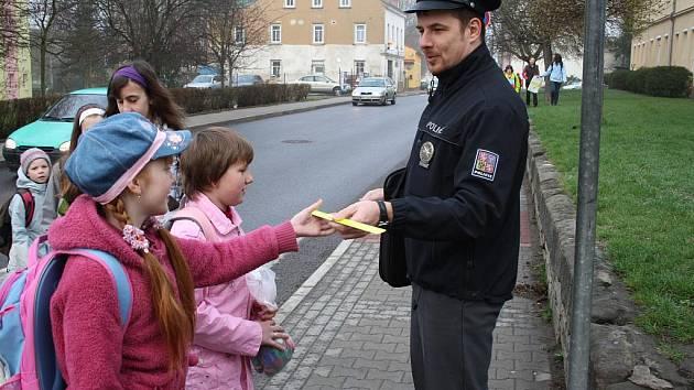 ZEBRA SE ZA VÁS NEROZHLÉDNE. Tak se jmenuje akce, během které policisté upozorňují na nesprávné přecházení na přechodech a rozdávají dárky.