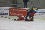 BOJ NA LEDĚ. Fotbalisté FK Varnsdorf si to na ledě rozdali se starou gardou.