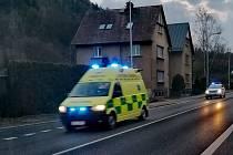 Ke kostelu v Jílovém vyrazila záchranka a strážníci.