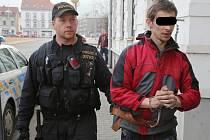 Eskorta přivádí muže obviněného ze znásilnění školačky v Jiříkově k ústeckému soudu.